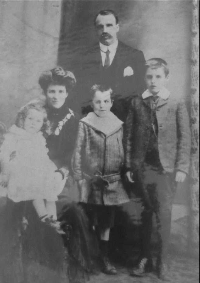 Ernest Christopher Dennison with wife Mary Elizabeth nee Ducksbury and children Gwendolen, Redvers and Norman